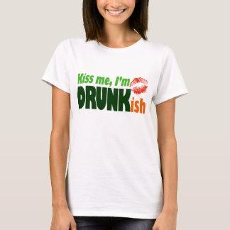 私によってがDrunkishである私に接吻して下さい Tシャツ