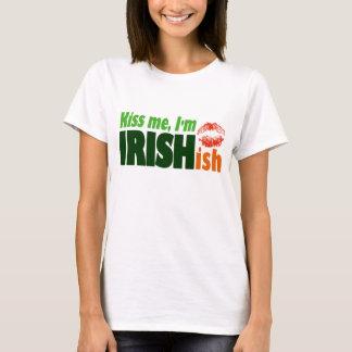 私によってがIrishishである私に接吻して下さい Tシャツ