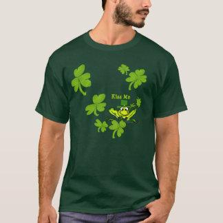 私にカエルのアイルランドのシャムロックSt PaddysのTシャツ接吻して下さい Tシャツ
