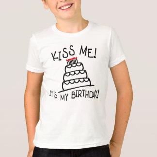 私に接吻して下さい! それは私の誕生日です! Bdayのケーキを使って、蝋燭 Tシャツ