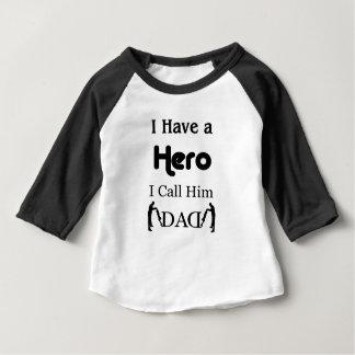私に私が彼をパパと電話する英雄があります ベビーTシャツ