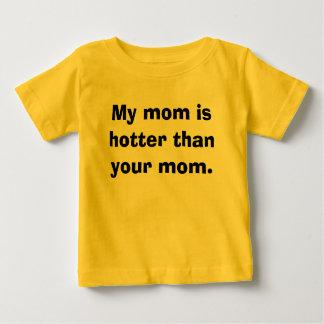 私のお母さんはあなたのお母さんより熱いです ベビーTシャツ