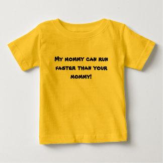 私のお母さんはあなたのお母さんより速く走ることができます! ベビーTシャツ