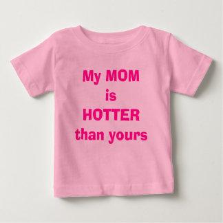 私のお母さんはあなたのより熱いです ベビーTシャツ