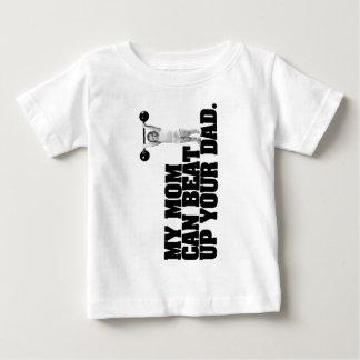 私のお母さんはあなたのパパを打ちのめすことができます ベビーTシャツ