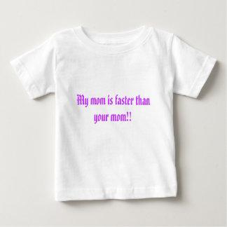 私のお母さんはより速いです! ベビーTシャツ