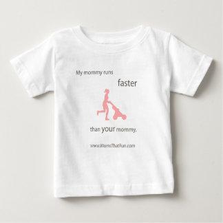 私のお母さんはより速い子供のTシャツを走ります ベビーTシャツ
