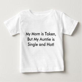 私のお母さんは取られますが、私の伯母さんは独身の、熱いです! ベビーTシャツ