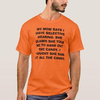 私のお母さんは私が選択的なヒアリングを有することを言います。 彼女は…要求します Tシャツ
