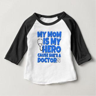 私のお母さんは私の英雄、ベビーのための医者のワイシャツです ベビーTシャツ