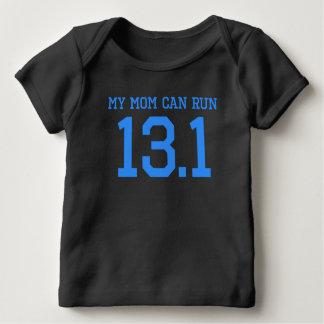 私のお母さんは13.1マイルを走ることができます ベビーTシャツ