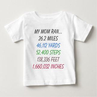 私のお母さんは26.2マイルを走りました ベビーTシャツ