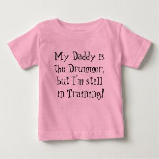 私のお父さんはドラマーですが、私は訓練にまだあります! ベビーTシャツ