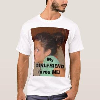 私のガールフレンドは私を愛します! Tシャツ