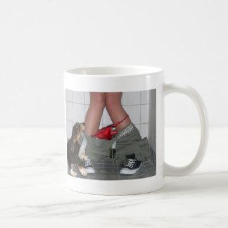 私のズボンによってつかまえられる再度、かわいい小犬 コーヒーマグカップ