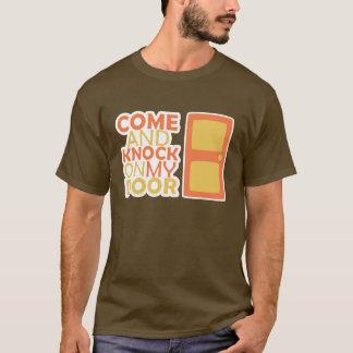 私のドアで来、たたいて下さい Tシャツ