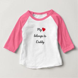 私のハートはお父さんの野球のRaglanのTシャツに属します ベビーTシャツ