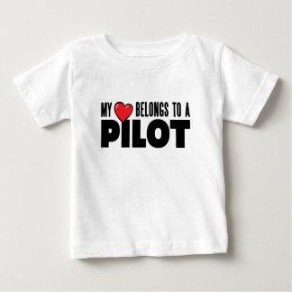 私のハートはパイロットに属します ベビーTシャツ