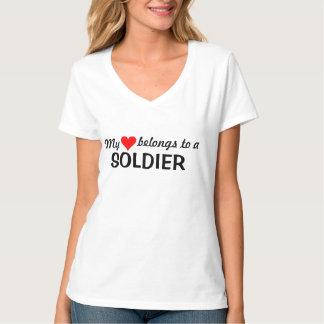 私のハートは兵士に属します Tシャツ