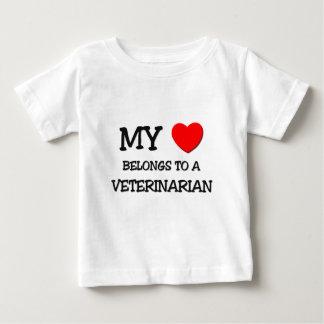 私のハートは獣医に属します ベビーTシャツ