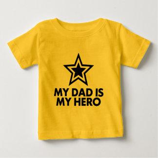 私のパパは私の英雄です ベビーTシャツ