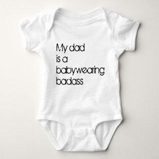 私のパパはBabywearing Badassです ベビーボディスーツ