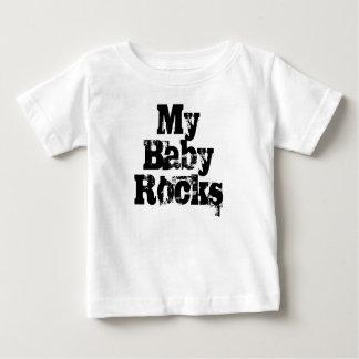私のベビーはおもしろいなスローガンのベビーのTシャツを揺すります ベビーTシャツ