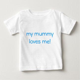 私のミイラは私を愛します! ベビーTシャツ
