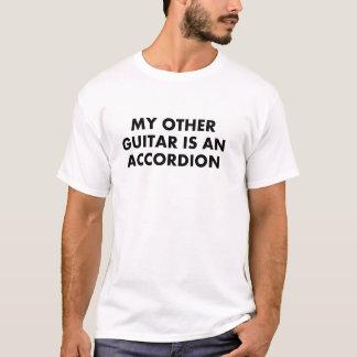 私の他のギターはアコーディオンです Tシャツ