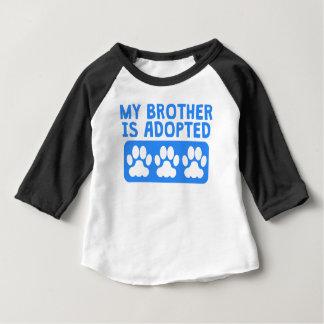 私の兄弟は採用されます ベビーTシャツ