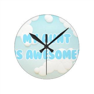 私の叔母さんは青および白い雲で素晴らしいです ラウンド壁時計