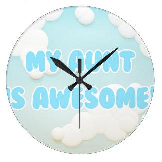 私の叔母さんは青および白い雲で素晴らしいです ラージ壁時計