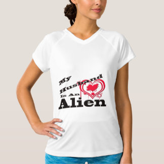 私の夫はエイリアンです Tシャツ
