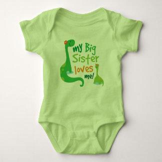 私の姉は私を恐竜のTシャツ愛します ベビーボディスーツ