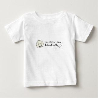 私の姉妹はlabradoodleより多くの品種です ベビーTシャツ