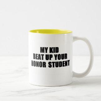 私の子供はあなたの名誉学生を打ちのめしました ツートーンマグカップ