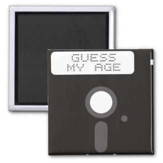 私の年齢を推測して下さい。 フロッピー・ディスクおもしろいで古いコンピュータ マグネット