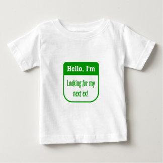 私の次の前の幼児Tシャツを捜すこと ベビーTシャツ