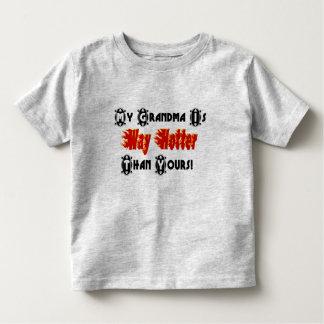 私の祖母はあなたのより熱い方法おもしろいな文字です トドラーTシャツ