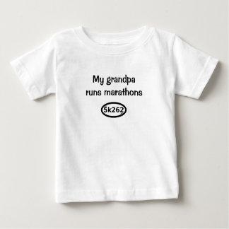 私の祖父はマラソンを走ります ベビーTシャツ