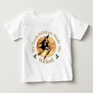 私の継子は私を悪賢くさせました ベビーTシャツ