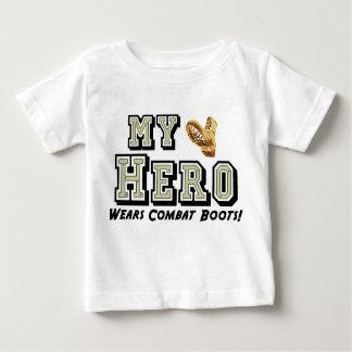 私の英雄は戦闘用ブーツを身に着けています! ベビーTシャツ