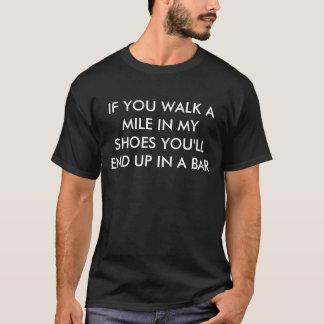 私の靴のおもしろいなことわざのマイルは歩きます Tシャツ