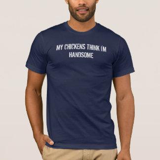 私の鶏は私をですハンサム考えます Tシャツ
