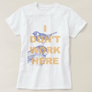 私はここに働きません Tシャツ