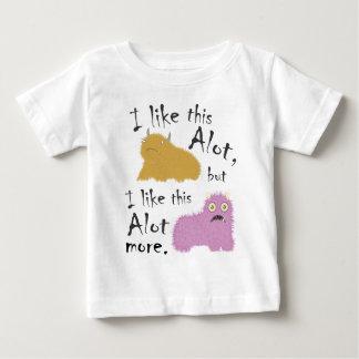 私はこれをたくさん好みますが、これをもっとたくさん好みます ベビーTシャツ