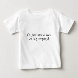 私はちょうどここに犬の会社を保つこといます! おもしろいなベビー ベビーTシャツ