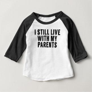 私はまだ私の親と住んでいます ベビーTシャツ