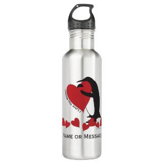 私はもっと愛します! -名前入りなペンギンの赤いハート ウォーターボトル