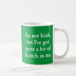 私はアイルランドの-おもしろいなスコットランドウィスキーのしゃれ-白ではないです コーヒーマグカップ